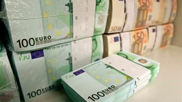 Le ministre du Budget Bernard Cazeneuve appelle les contribuables français possédant un compte non déclaré à l'étranger à régulariser leur situation afin d'échapper à un durcissement des sanctions. /Photo prise le 10 avril 2013/REUTERS/Heinz-Peter Bader