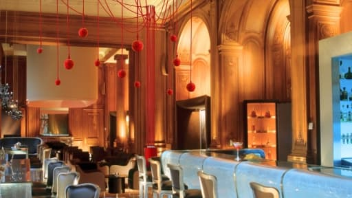 En travaux, le Plaza Athénée a décidé de se séparer d'une partie de son mobilier, dont le célèbre bar en verre.