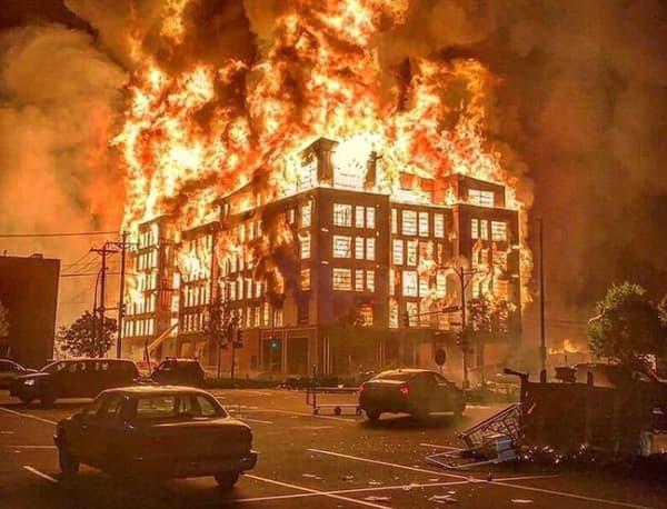 Ce bâtiment incendié à Minneapolis n'appartient pas à la police.