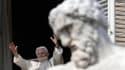 Lors de son apparition pour l'Angélus, dimanche à midi, le pape Benoît XVI a demandé à la foule des fidèles réunis place Saint-Pierre de continuer à prier pour lui mais aussi pour son successeur à la tête de l'Eglise catholique. /Photo prise le 17 février