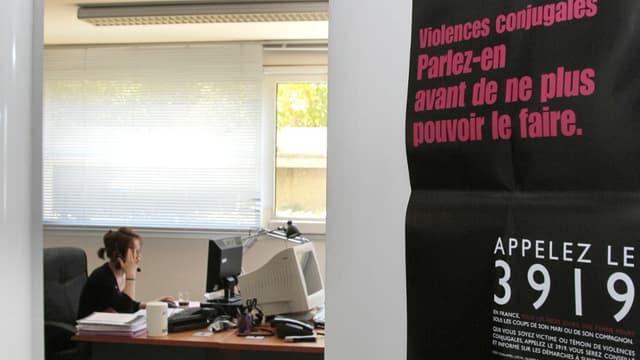 Une écoutante de la plate-forme téléphonique du 3919, numéro d'appel unique destiné aux femmes victimes de violences conjugales, en 2010 à Paris.