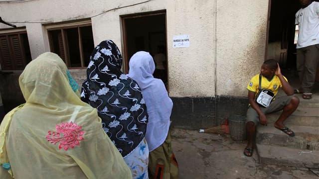 Bureau de vote à Abidjan. Les Ivoiriens ont commencé dimanche à voter à l'occasion d'un scrutin législatif qui devrait permettre à la coalition du président Alassane Ouattara de consolider son pouvoir dans le pays après une décennie mouvementée. Les résul