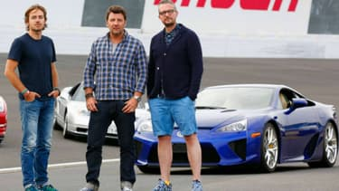 Le monstre bleu qui se cache derrière le trio, c'est elle, la Lexus LFA.