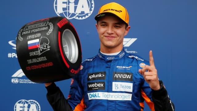 Le pilote britannique de McLaren Lando Norris célèbre sa première pole position glanée au Grand Prix de Russie à Sotchi, le 25 septembre 2021