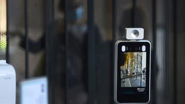 Un système de reconnaissance faciale et de contrôle de la température à l'entrée du Colisée, le 1er juin 2020 à Rome