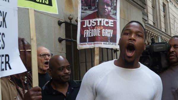 """Manifestation devant le tribunal de Baltimore, le 23 mai 2016, pour réclamer """"justice pour Freddie Gray""""."""