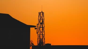 Une tour télécom au crépuscule