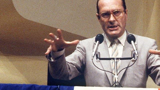 """Jacques Chirac en meeting électoral pour le slégislativesn en juin 1981. Dix ans avant son célèbre discours sur """"le bruit et l'odeur"""", qui lui a valu de nombreuses critiques et inspiré de nombreux artistes."""
