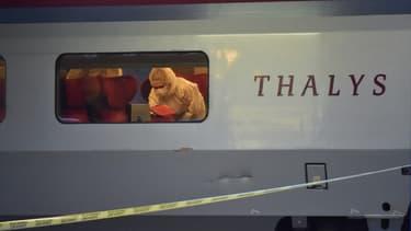 La police scientifique inspecte la scène du crime dans le train Thalys à Arras, en août 2015
