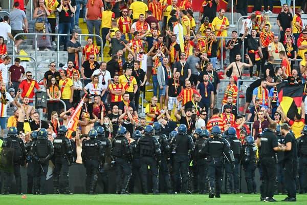 Des supporters lensois face à Lille