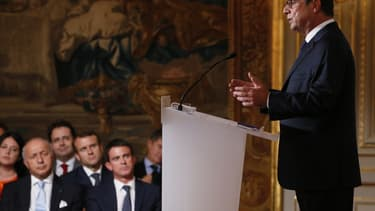 FRANCE, Paris : French president Francois Hollande (R) answers journalists during a press conference, on September 18, 2014 at the Elysee palace in Paris. POOL AFP PHOTO PATRICK KOVARIK
