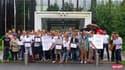 Les membres de All Out devant le siège du Comité international olympique pour remettre la pétition.