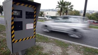 Les députés UMP ont vivement critiqué mardi les nouvelles mesures prises par le gouvernement dans le domaine de la sécurité routière, notamment le retrait de tous les panneaux signalant la présence de radars. /Photo d'archives/REUTERS/Eric Gaillard