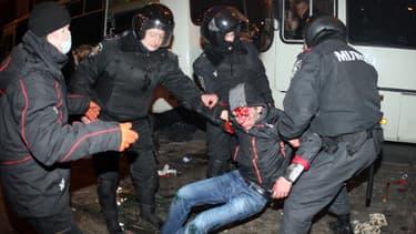 La police extrait un homme blessé à Donetsk, après les affrontements entre pro-russes et pro-Kiev, jeudi.