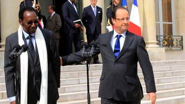 Le président par intérim du Mali Dioncounda Traoré, reçu vendredi par François Hollande à l'Elysée. Adulée au Mali depuis qu'elle a chassé militairement les djihadistes du nord du pays, la France commence à voir son étoile pâlir en raison de son insistanc