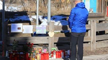 Un homme se recueille devant un mémorial à Luttach, le 6 janvier 2020, à l'endroit où un chauffeur en état d'ébriété a foncé sur des piétons, faisant 6 morts et 11 blessés