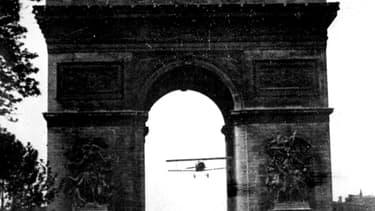 Terrasses, tois, fêtes foraines ou bals emprunts de poésie côtoient des documents plus historiques comme le passage de l'aviateur Charles Godefroy, au travers de l'Arc de triomphe.