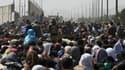 Des milliers de personnes patientent devant l'aéroport de Kaboul, pour tenter de fuir le régime taliban, le 20 août 2021.