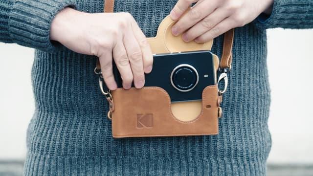 Vendu dans une sacoche vintage, le smartphone Kodak Ektra vise un public amateur lifestyle fan de produits vintage.