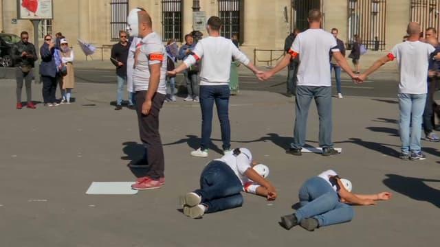 Des policiers se sont rassemblés place du Palais Royal à Paris pour exprimer leur malaise.