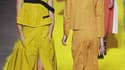 """Au cinquième jour des défilés de prêt-à-porter de l'été prochain, Sonia Rykiel a livré samedi une collection ultra-féminine aux tons chauds, où les modèles s'agrémentent d'un pull de maille """"oversize"""" jaune paille, de débardeurs près du corps et largement"""