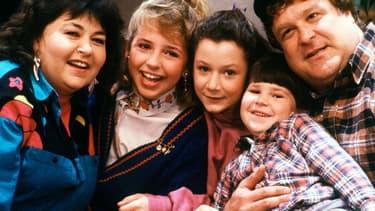 """Les acteurs de la série """"Roseanne"""" dans les années 1980."""