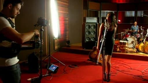 Stella, jeune aixoise de 21 ans, enregistre le tube de Fool's Garden comme une vraie star.