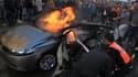 Des Palestiniens éteignent la voiture de Ahmaed Jaabar