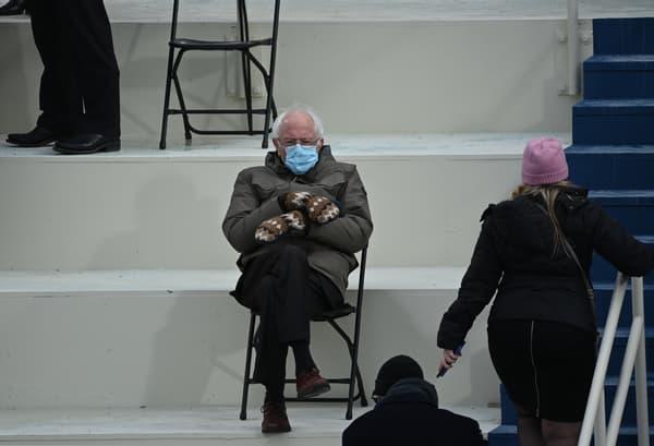 Bernie Sanders lors de l'investiture de Joe Biden, les moufles en avant.