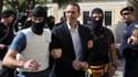 Le député et porte-parole d'Aube dorée, Ilias Kasidiaris, à son arrivée au tribunal d'Athènes, mardi matin.