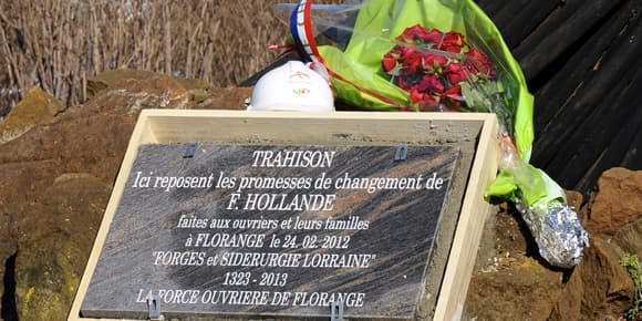 """Une stèle insallée par les syndicalistes rappelle la """"trahison"""" dont ils accusent le président."""