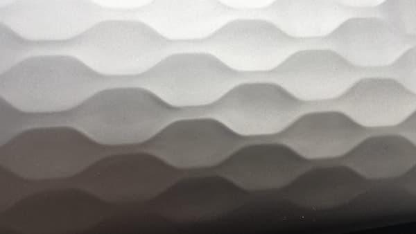 L'habitacle offre des matériaux simples mais de qualité, avec des éléments soignés.