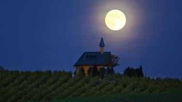 Superbe pleine lune photographiée le 26 octobre au-dessus d'un vignoble près de Bergtheim, dans le sud de l'Allemagne.
