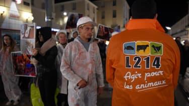 Des activistes de l'association L214 lors d'une manifestation à Tours simulant la mise à mort d'un animal, le 31 octobre 2017