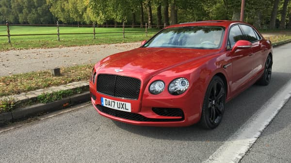 La Flying Spur se distingue parc sa calandre royale, et les optiques rondes à l'avant, la signature design de Bentley.