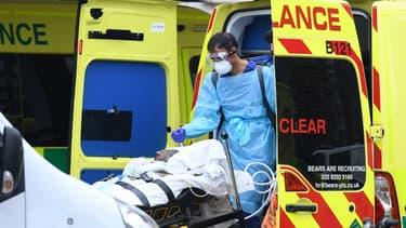 Un patient du Covid-19 conduit à l'hôpital St Thomas à Londres, le 1er avril 2020