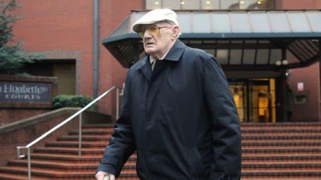 Ralph Clarke sortant du tribunal de Birmingham après son procès.