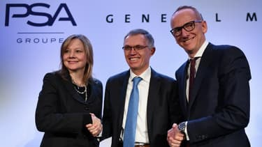 Mary Barra, PDG de General Motors, avec Carlos Tavares, président du directoire de PSA et Karl-Thomas Neumann, directeur général d'Opel, ce lundi 6 mars au siège de PSA à Paris