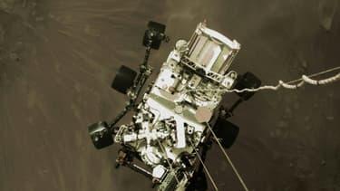 Photo fournie par la Nasa du rover Perseverance suspendu au-dessus du sol pendant son atterissage sur Mars, le 18 février 2021