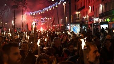 Les quelques 2000 personnes munies de torches dans les rues de Marseille ce jeudi en fin d'après-midi.