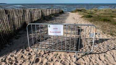 Une plage de lÎle de Ré, dont l'accès est interdit durant le confinement.
