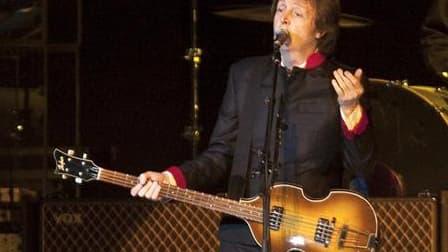 Paul McCartney a signé un accord avec le label indépendant Concord pour la réédition de ses albums en solo ou avec les Wings. /Photo prise le 5 avril 2010/REUTERS/Ana Martinez