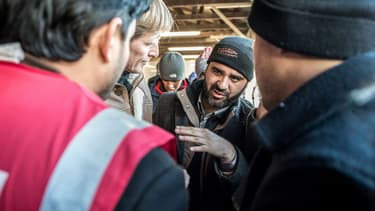 Le directeur de l'Ofpra Pascal Brice avec un migrant afghan à Calais, le 24 janvier 2016