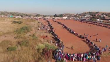 Afrique du Sud: la longue file d'attente lors d'une distribution de nourriture et de masques
