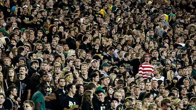 Un fan déquisé en Charlie à un match de football dans l'Oregon.