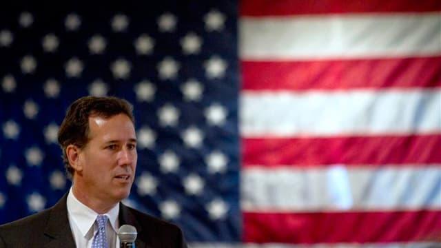 Rick Santorum (ici lors d'un meeting dans le Wisconsin) a remporté samedi une large victoire lors de la primaire organisée en Louisiane, ce qui lui permet pourtant à peine de réduire l'écart sur Mitt Romney dans la course à l'investiture républicaine pour