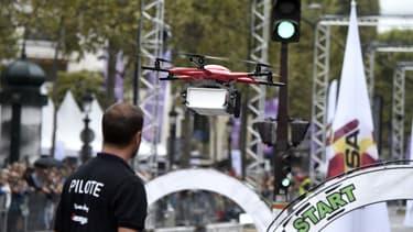 Le drone de La Poste en démonstration sur les Champs-Elysées le 4 septembre 2016.