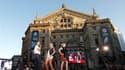 """Les grandes capitales de la mode, Paris, New York, Milan, Londres, sont à l'honneur pour la deuxième édition du """"plus grand défilé du monde"""", organisé dans toute la France d'ici samedi. Un premier volet a réuni jeudi soir à Paris quelque 800 anonymes amou"""