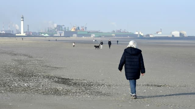 Des habitants sur la plage de Dunkerque dans le Nord de la France, le 27 février 2021