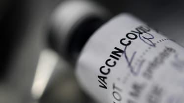 Un flacon vide du vaccin contre le Covid-19 de Pfizer-BioNtech, le 2 mars 2021 à Garlan, dans l'ouest de la France